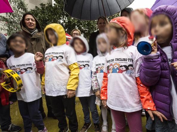 I bambini all'uscita di scuola (foto Jpeg)