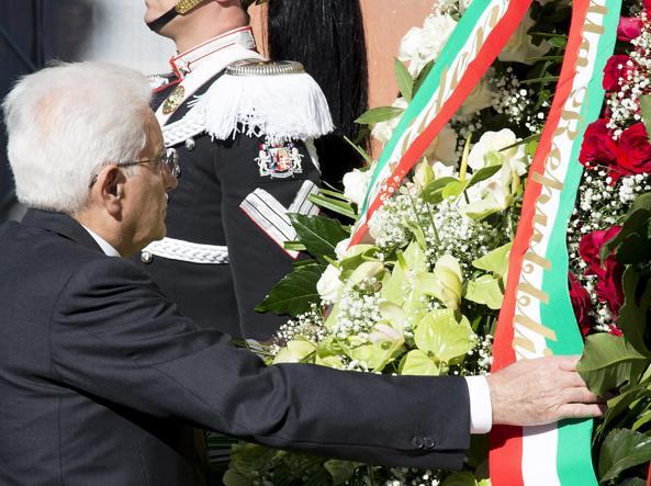 La corona di fiori deposta dal presidente della Repubblica, Sergio Mattarella, in memoria del rastrellamento del Ghetto il 16 ottobre 1943 (Ansa)