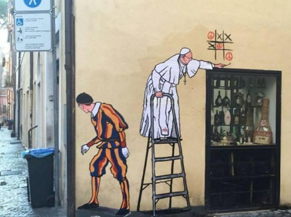 L'intervento di Mauro Pallotta, alias Maupal, che ritrae il Papa mentre gioca a tris con il simbolo della pace e una guardia svizzera che fa da «palo»: cancellato il mattino dopo (Omniroma)