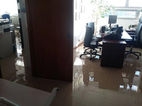 Pezzi di controsoffitto e acqua in un ufficio del tribunale