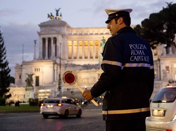 Allarme smog: domani stop alle auto a Roma, limitazioni a Milano