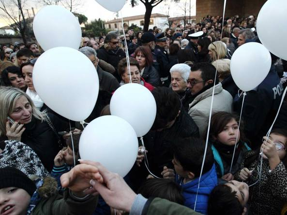 Funerali di mamma e bimba di Acilia, Raggi si commuove