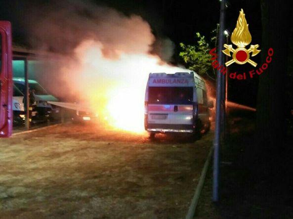 Roma, incendio nel deposito mezzi della Croce rossa di via Ramazzini