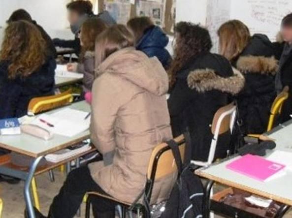 Più di trecento studenti lasciati al freddo a scuola: è protesta