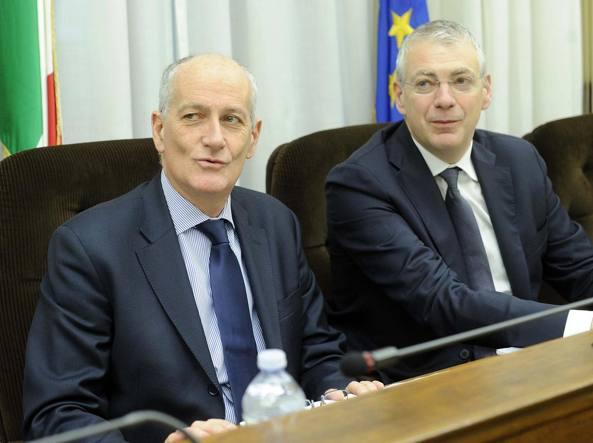 A sinistra il capo della polizia Franco Gabrielli, a destra il deputato Andrea Causin, presidente della commissione parlamentare d'inchiesta sulla sicurezza e il degrado delle periferie (LaPresse)