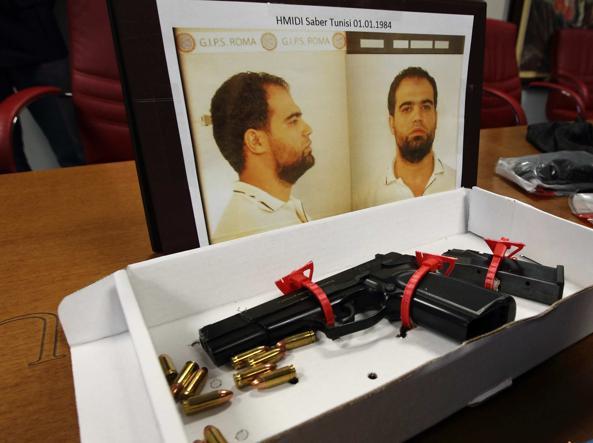 La foto di Saber Hmidi con la pistola utilizzata nel 2014 contro la polizia (foto Proto)