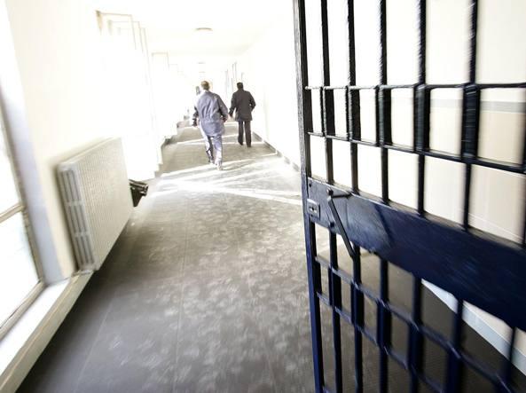 FACEVANO FAVORI IN CARCERE. 3 guardie penitenziarie arrestate, 1 è di Caserta