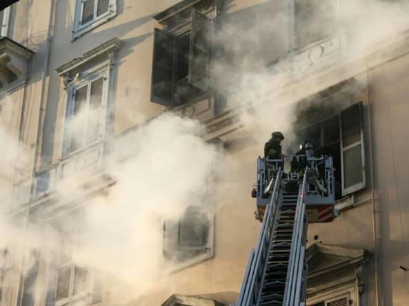 Fiamme in appartamento, evacuato un palazzo a Termini