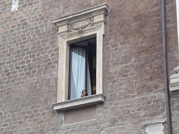La sindaca saluta i manifestanti dalla finestra (foto da Twitter)