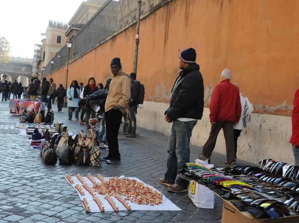 Commercio, chiudono negozi centri storici e crescono gli ambulanti