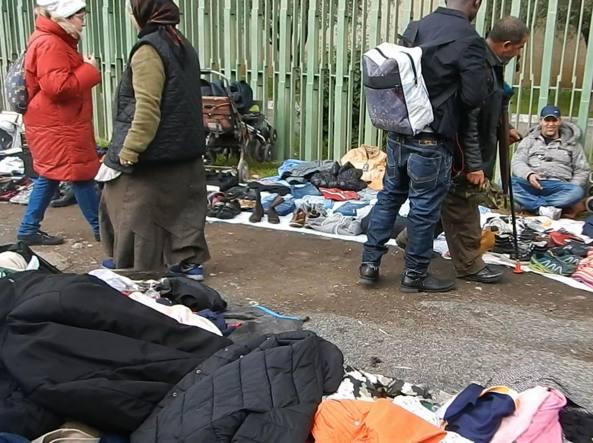 Allarme igiene davanti alla moschea il mercatino illegale for Il mercatino roma