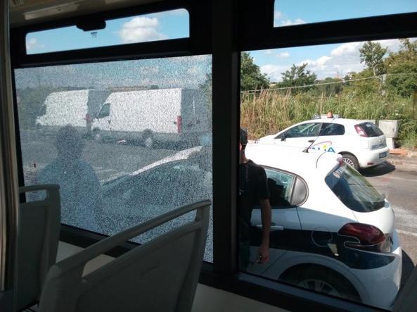 Tiro a segno contro il bus Mezzo Atac centrato dai piombini