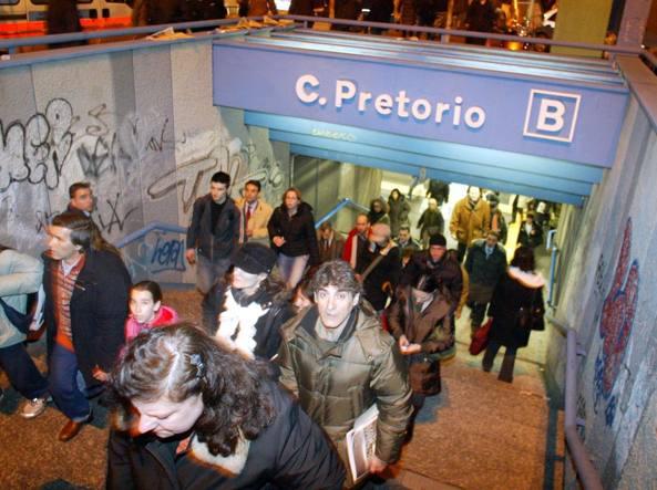 Roma, metro B ferma per soccorrere uomo sui binari