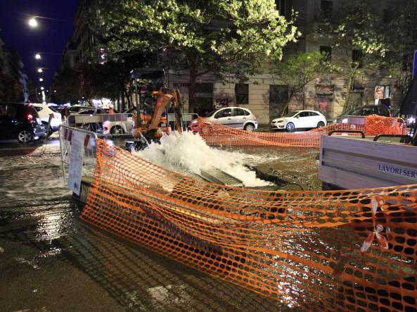 Via Leone IV sott'acqua mercoledì sera per la rottura di una tubatura (foto Proto)