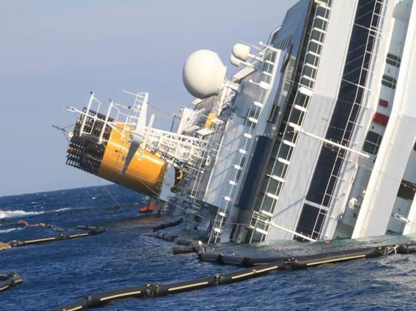 La Costa Concordia naufragata davanti all'isola del Giglio (Ansa)