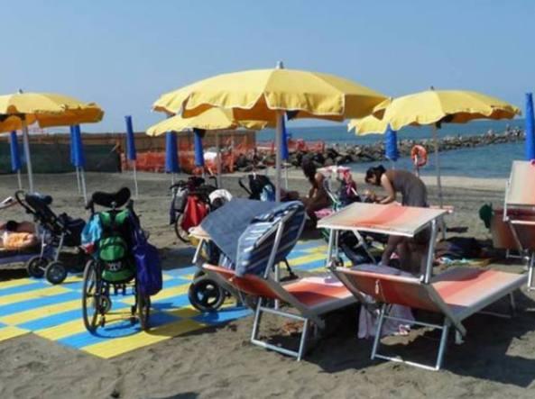 Dono del Papa a spiaggia senza barriere