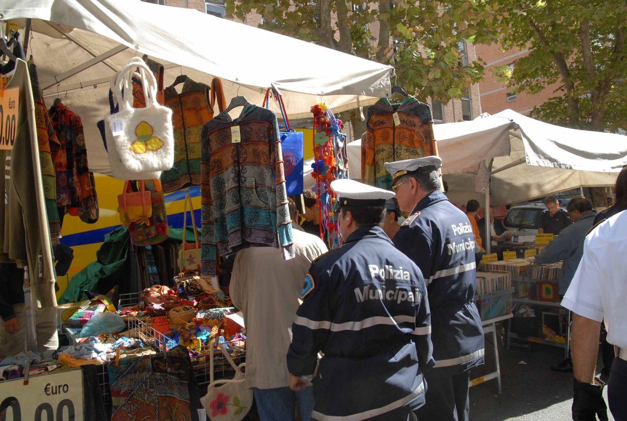 E le lanterne storiche finiscono sui banchi del mercato - Porta portese lavori ...