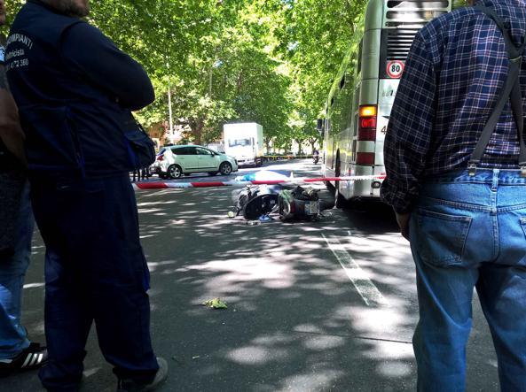 Roma, scontro tra un'auto e un mezzo Atac: muore centauro