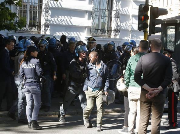 Gli amici della vittima sul lungotevere de' Cenci contenuti dalla polizia (Lapresse)