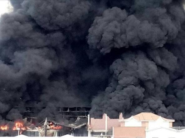 Incendio a Pomezia, si teme rischio ambientale