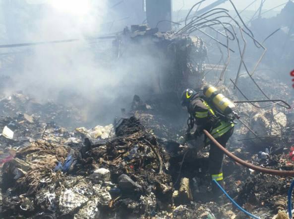 Incendio a Pomezia, la Procura conferma la presenza di amianto