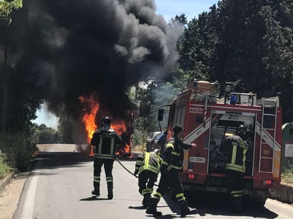 Prende fuoco un autobus in via di Grottarossa