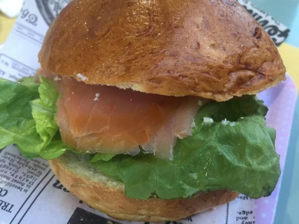 Il panino farcito con salmone affumicato
