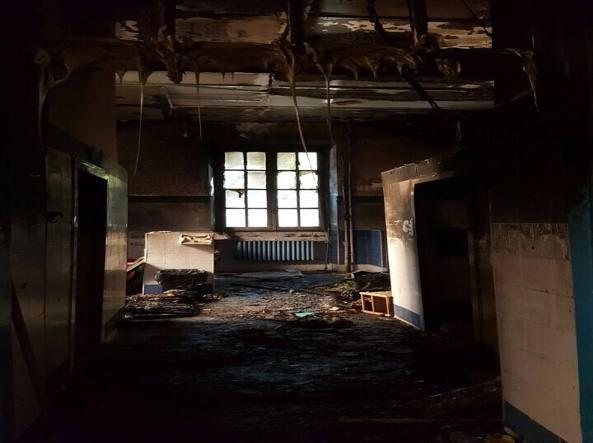 I bagni della scuola Di Donato distrutti dalle fiamme (foto di Peppe Inì)