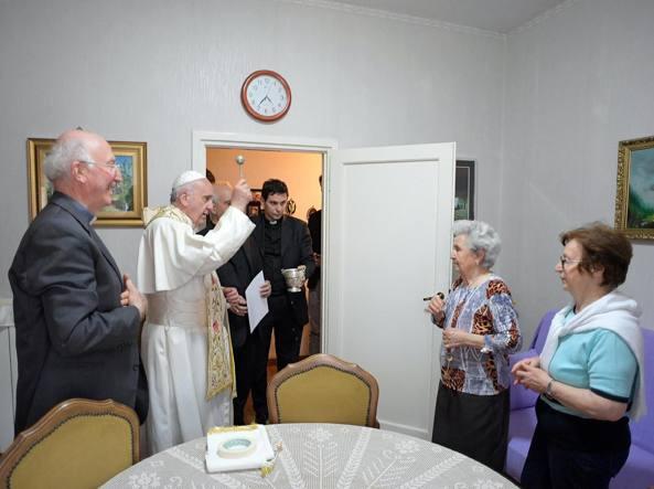 Il Papa benedice una casa di Ostia (Reuters)