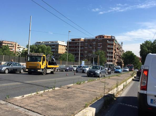 La municipale sul luogo dell'incidente in via Nomentana