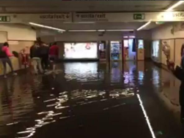 Foto postata su Twitter della stazione metro Battistini allagata (foto S. Menichini)