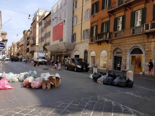 Stefano Pedica (Pd) ha postato, giovedì mattina,  questa foto su Fb: «Via del Corso... Che dire. Grazie Raggi che ci fai vivere così»