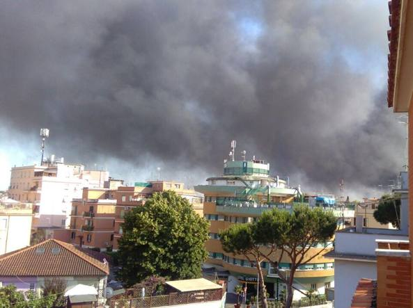 (VIDEO) Primavalle, incendio in un'autodemolizioni. Nube nera visibile in tutto il quartiere