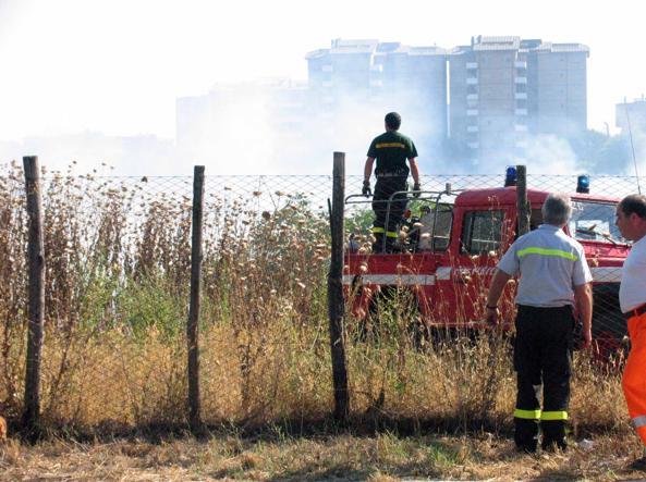 Incendio tra le sterpaglie, via Aurelia in tilt