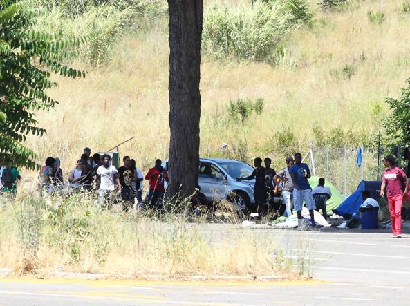 Migranti accampati in strada in via Chiaromonte, a Castel Fusano