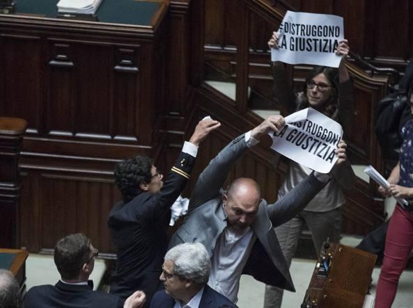 La protesta del M5S lunedì alla Camera contro la fiducia posta dal governo sulla riforma del processo e del codice penale (LaPresse)