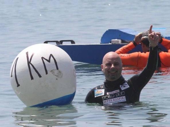 Simone Arrigoni, campione del mondo di apnea, durante la passata edizione dei Giochi (Ansa)