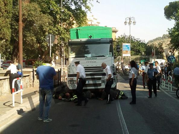 Camion rifiuti investe ciclista, morto