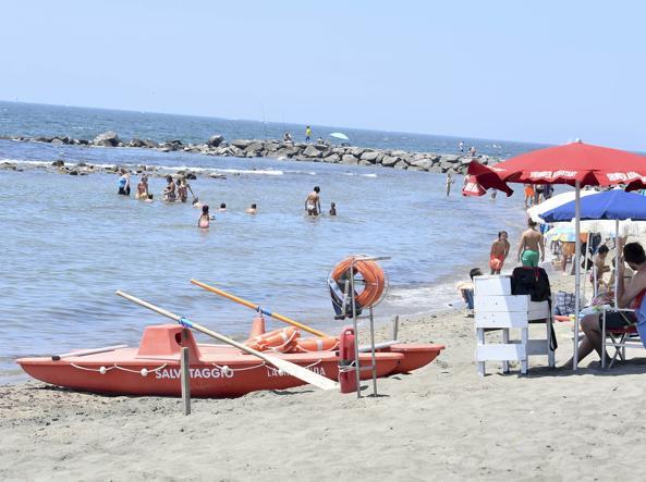 La spiaggia di Ostia (LaPresse)