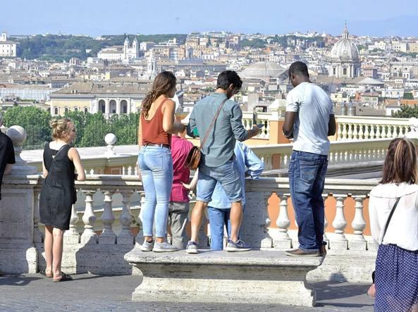 Turisti a Roma al Pincio (LaPresse)