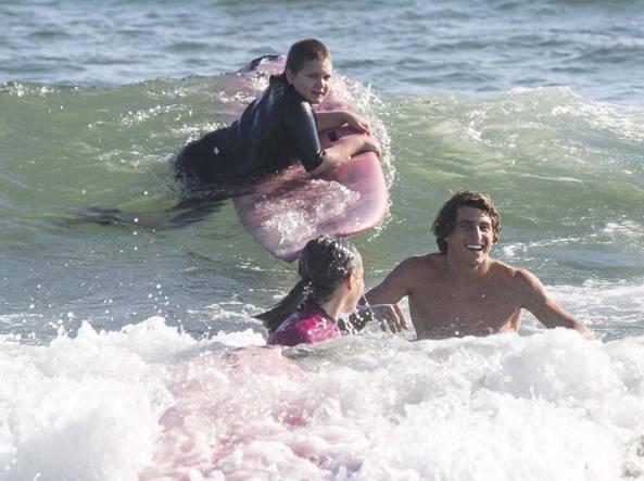 Leonardo Fioravanti con i bambini di Ostia surf (LaPresse)