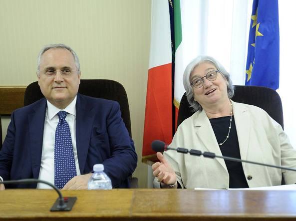 Il presidente della Lazio, Claudio Lotito, con la presidente della commissione Antimafia Rosy Bindi (LaPresse)