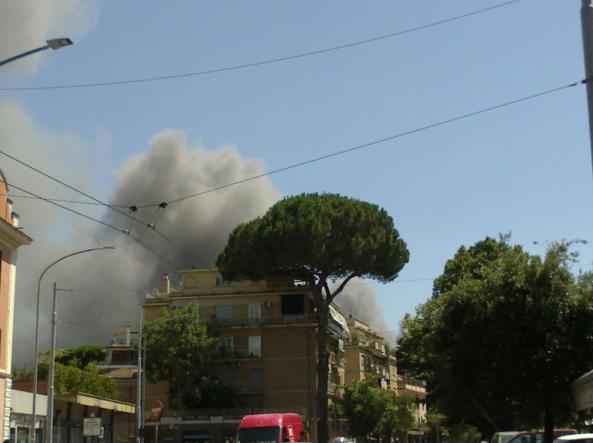 Il fumo sul quartiere Pietralata (foto Corriere Roma)