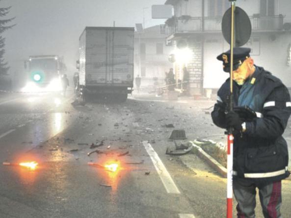 Un agente della Stradale rileva un incidente (foto Proto)