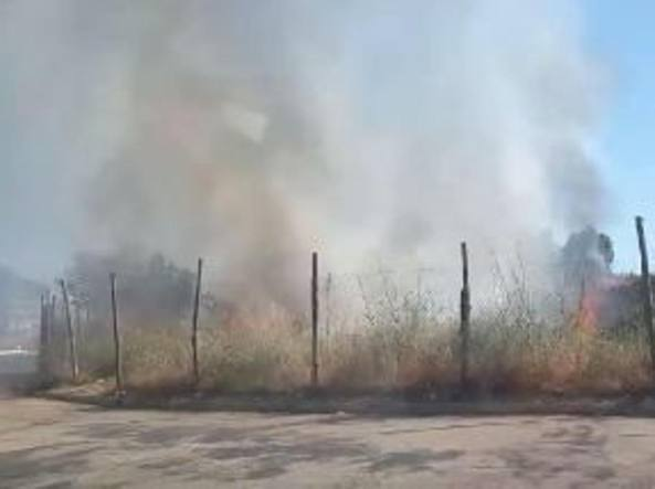 Incendio rifiuti, evacuato campo nomadi