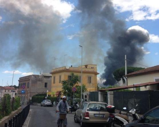 Incendio in autodemolitore a Roma, fumo ed esplosioni