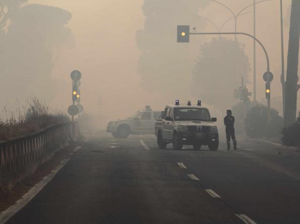 La fitta coltre di fumo raggiunge via Cristoforo Colombo (Foto Proto)