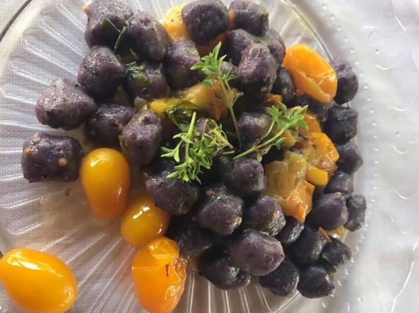 Gnocchi di papate viola con pomodorini gialli