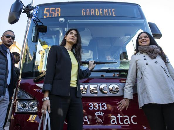 La sindaca di Roma Virginia Raggi e l'assessora ai Trasporti Linda Meleo (Ansa)