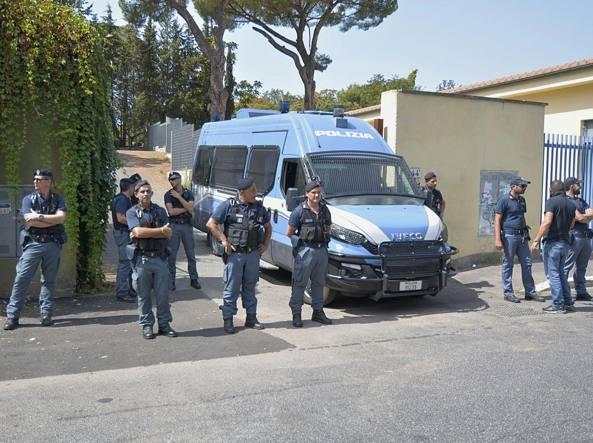 Il centro di via del Frantoio presidiato dalla polizia (LaPresse)